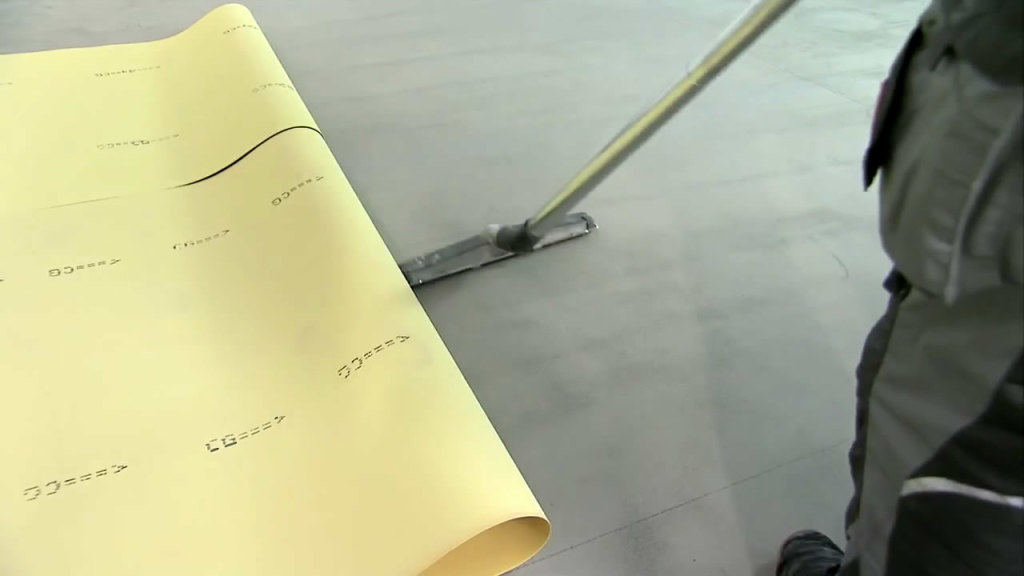 Очистка поверхности непосредственно перед укладкой линолеума