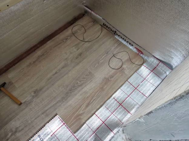 Пример закрытия ламинатом инфракрасного тёплого пола на балконе